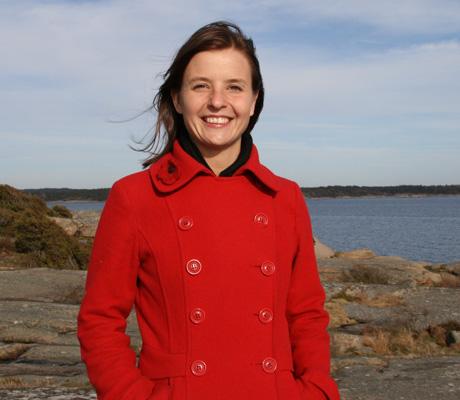 VED SJØEN: Guro liker at gården ligger bare 1 km fra havet.   Hun er ofte på stranden. (Foto: Beate Larsen)