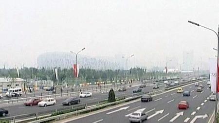 Med bare fire dager før åpningen av de olympiske leker i Beijing, var nasjonalstadionet knapt synlig i en blanding av tåke og smog. (Foto: Reuters)