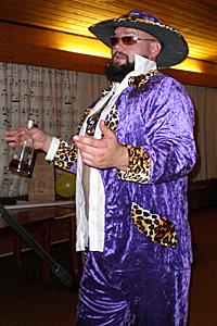 PIMP: Får man en slik drakt i gave, er det bare å kle den på seg. Ola hadde det mye moro med «pimpdrakten» han fikk av kompisene.