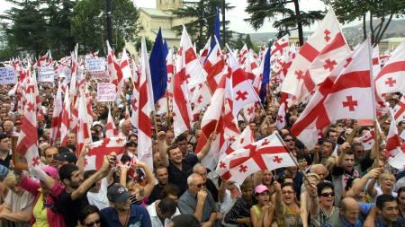 JUBEL: Titusenvis av georgiske aktivister har i kveld samlet seg i hovedstaden Tbilisi og feirer våpenhvileavtalen.  (Foto: VLADIMIR VALISHVILI/AFP / SCANPIX)