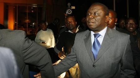 UT: Her forlater opposisjonsleder Morgan Tsvangirai Rainbow hotell i Harare, uten å vite utfallet av samtalene.  (Foto: AFP)