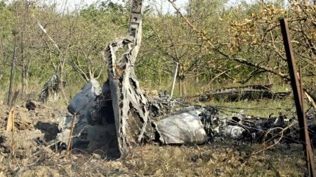 Dette skal være restene etter et russisk militærfly som ble skutt ned lørdag 9. august.  (Foto: DAVID MDZINNARISHVILI/AP)