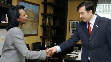 FREDSTUR: Condoleezza Rice og Mikheil Saakashvili møter i Georgias hovedstad Tbilisi.  (Foto: IRAKLI GEDENIDZE/AP / SCANPIX)