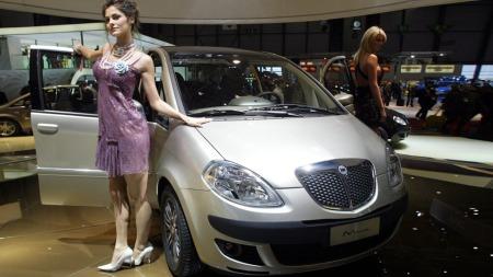 Lancia har fortsatt råd til å hyre inn damer på bilutstilling - det er verre stilt med japanerne. (Foto: Philippe Desmazes)