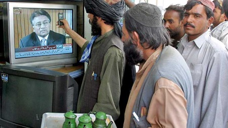 Her ser folk Musharrafs avskjedstale på TV i Pakistan 18. august 2008. (Foto: EPA)