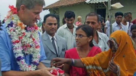 Erik Solheim på besøk i Nepal. (Foto: Kjersti Johannessen/ TV 2)