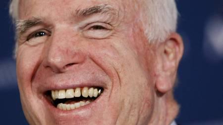 KVINNELIG HJELP: John McCain håper  å kunne stjele velgere fra Hillary Clinton. (Foto: Gerald Herbert/AP / SCANPIX)