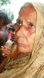 Sondra Mishra (70) fikk besøk av Erik Solheim. (Foto: Kjersti Johannessen/TV 2)