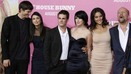 Ashton Kutcher, Demi Moore, Michael Alberti (Rumers kjæreste), Rumer Willis, Emma Heming og Bruce Willis. (Foto: SCANPIX)