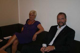 Siv Jensen og Lars Sponheim slapper av i samme sofa før tirsdagens partilederdebatt