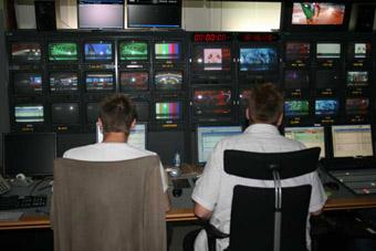 Produsent og script i regirommet rett før debatten på torsdag