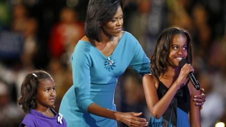 Michelle Obama holdt en engasjert tale foran publikummet i Denver. Etterpå kom døtrene på scenen og fikk snakke med faren på videotelefon.  (Foto: Reuters/SCANPIX/)