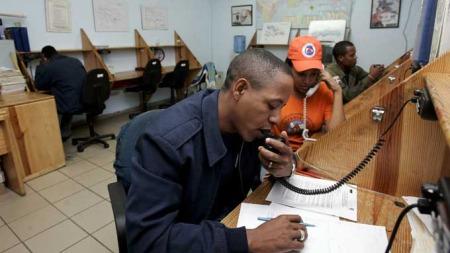 FØLGER «GUSTAV»: Reprensentanter fra sivilforsvaret i Santo Domingo i Den dominikanske republikk følger den tropiske stormens bevegelser. (Foto: EPA/SCANPIX)