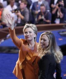 Datteren Chelsea hyllet moren fra scenen etter talen.  (Foto: AP/SCANPIX, ©DC TS)