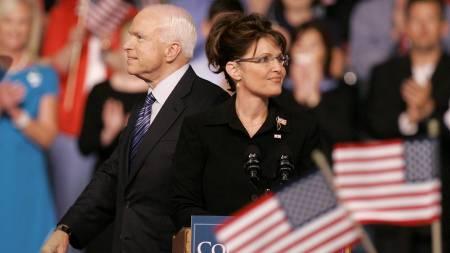 John McCain valgte Sarah Palin som sin visepresidentkandidat.   Fredag var første gang de ble sett sammen. (Foto: Kiichiro Sato/AP)