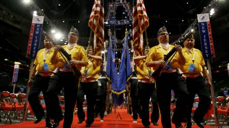 Med pomp og prakt drilles de siste stegene inn før det store   showet på landsmøtet. (Foto: JIM YOUNG/REUTERS / SCANPIX)