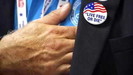Med hånden på hjertet synger deltakerne på landsmøtet den amerikanske   nasjonalsangen. (Foto: BRIAN SNYDER/REUTERS / SCANPIX)