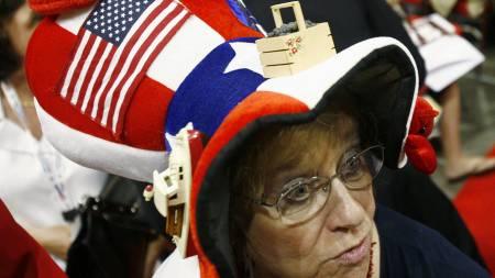 Med blåbærkurven trygt festet til hatten er denne dama klar   for den store politiske festen. (Foto: SHANNON STAPLETON/REUTERS / SCANPIX)
