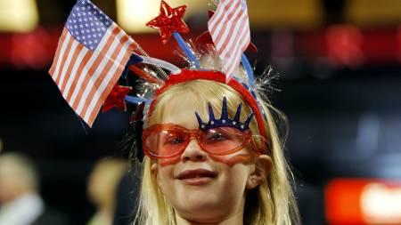 Denne lille jenta viser med stolthet hvilket land hun kommer   fra. (Foto: BRIAN SNYDER/REUTERS / SCANPIX)