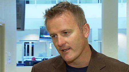 ADVARER: Johnny Brenna oppfordrer folk til å være forsiktige med å gripe inn i grove voldsepisoder. (Foto: TV 2)