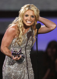 TIL SØNNENE: Britney Spears takket sønnene og Gud fra scenen.