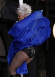 MODIG: Pink firte seg ned en bygning helt uten sikring under sin MTV-opptreden.