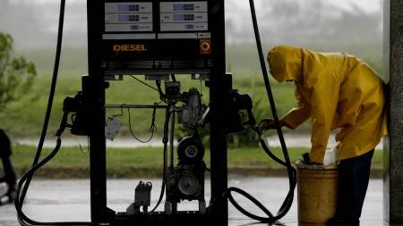 Innbyggerne i Texas tar ingen sjanser, og fyller kanner med drivstoff før orkanen Ike treffer området.  (Foto: Javier Galeano/AP)