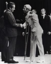 Til krykker med et ødelagt kne møtte McCain president Richard Nixon under en mottakelse i Det hvite hus i 1973. (Foto: Anonymous, ©CJC JM SMC**DC** RCL**DC** GH**D)