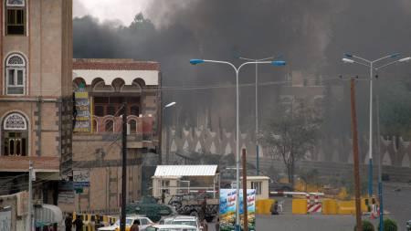 Røyk fra den amerikanske ambassaden i Jemen etter terrorangrepet 17. September.  (Foto: SABA/AP)