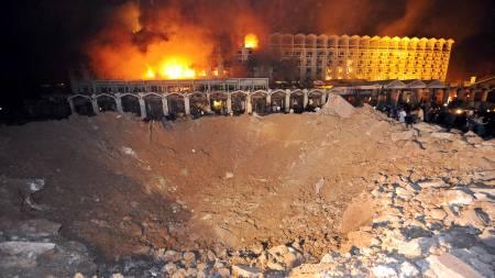 Like ved hotellet kunne man se det om lag ti meter dype krateret som oppstod etter eksplosjonen. Flere titalls er rapportert døde.  (Foto: AAMIR QURESHI/AFP)
