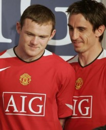 Manchester Uniteds Wayne Rooney (t.v.) og Gary Neville er to av spillerne med AIGs logo på brystet. (Foto: REUTERS/SCANPIX)
