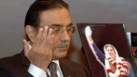 Pakistans nyvalgte president Asif Ali Zardari lover terror-kamp   etter angrepet på Marriott. Zardari var gift med den drepte statsministeren   Benazir Bhutto.