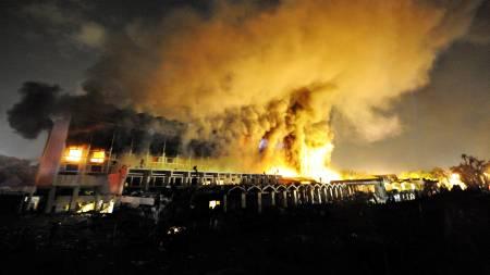 En kraftig brann brøt ut etter terrorangrepet mot Marriott hotell i Islamabad lørdag. Politiet frykter at bygget kan kollapse.  (Foto: FAROOQ NAEEM/AFP)