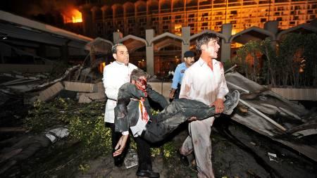 Redningsarbeidere jobbet på spreng med å få ut skadde og drepte   fra Marriott hotell i Islamabad etter terrorangrepet lørdag. Dødstallene   er ventet å stige. (Foto: AAMIR QURESHI/AFP)
