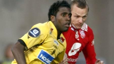 OMSKOLERT: Olivier Occean (t.v.) i duell med Kristian   Örn Sigurdsson. Nå går han for toppscorertittelen i Tippeligaen. (Foto:   Larsen, Håkon Mosvold/SCANPIX)