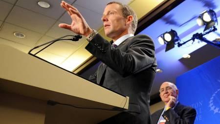 ANTIDOPING KAMERATER: Lance Armstrong og Don Catlin. (Foto:   STAN HONDA/AFP)