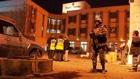 ANGREPET: Sikkerhetsvakter utenfor Serena Hotel etter angrepet den 14. januar 2008.  (Foto: TV 2)