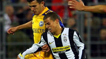 LITEN: Sebastian Giovinco er et hode kortere enn BATEs Vitalij   Kazantsev. (Foto: ALEXANDER NEMENOV/AFP)