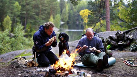 Johan Fegri og Espen Opaker Moreite nyter høstværet i Østmarka midt i september. (Foto: Scanpix / Rolf Øhman)