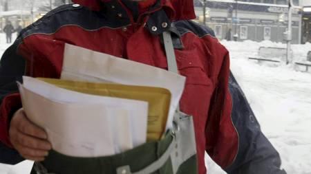 FORTSATT BEHOV: Selv om mange brev i fremtiden blir sendt digitalt, blir det fortsatt behov for postbudene som hver dag sliter seg gjennom ruten. (Foto: Schrøder, Tor Erik/SCANPIX)