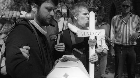 Børre Knudsen og Ludvig Nessa ble arrestert under denne aksjonen   i 1988, da de ville gjennomføre en «begravelse» på Vår Frelsers Gravlund   i Oslo. (Foto: Henrik Laurvik)