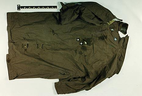 Politiets bilde av Nygaards frakk. Pilene viser hvor kulene traff.