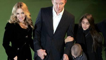Madonna sammen med ektemannen Guy Ritchie, datteren Lourdes, og sønnen Rocco ses så vidt nederst til høyre.  (Foto: MATT DUNHAM/AP/SCANPIX/AP)