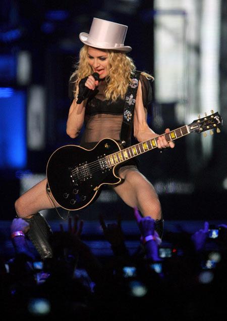 Madonna på scenen i Aten 27. september. Egentlig skal hun ha ønsket å vente til etter turneen med å annonsere bruddet, men Guy fikk nok.