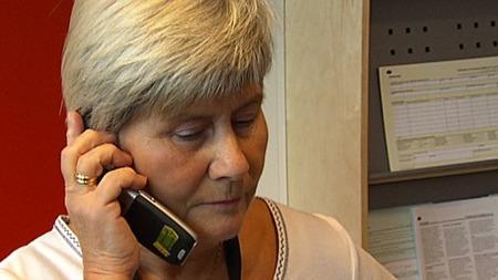 Inger Guttormsen tar tak når man finner ut at listene mangler. Hektisk telefonaktivitet gir resultater.  (Foto: Frode Fimland/TV 2)