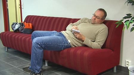 LANGE MINUTTER: TV 2s reporter ventet forgjeves på skattesnokere. ( ©TV 2)