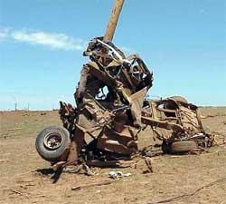 Denne bilen ble brettet rundt en telefonstolpe og totalt ødelagt av en tornado i Oklahoma i 1999. (Foto: Wikimedia)