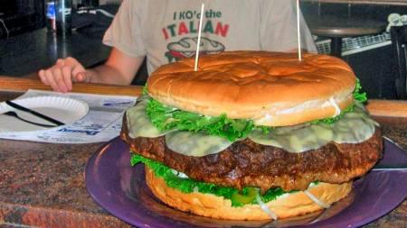 FESTMÅLTID: Brad Sciullo brukte fire timer og 39 minutter på   å fortære en ni kilo tung hamburger. (Foto: Logan Cramer/SCANPIX/AP)