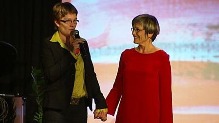 Incestofferet Anna Lindseth tok initiativet til at Aud Steinsbekk skulle få Kongens fortjenstmedalje i gull. Anna er en av mange som er Aud evig takknemlig for livreddende hjelp gjennom mange år. (Foto: Silje Arntsberg / TV 2)
