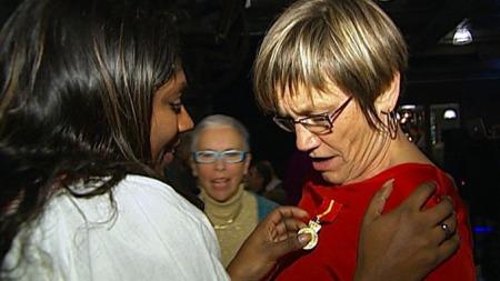 Aud Steinsbekk ble mandag hedret med medalje av edleste valør for sin innsats for å hjelpe ofre for overgrep. I 27 år har Steinsbekk stått på for å få sannheten til disse menneskene fram i lyset. (Foto: Silje Arntsberg / TV 2)